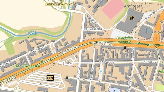 Auto vjelo do kolejiště na křižovatce ulic Přemyslova a Kotkova.