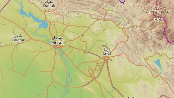 Čtvrť Ankawa v Irbílu (červená značka), Mosul (černá značka)