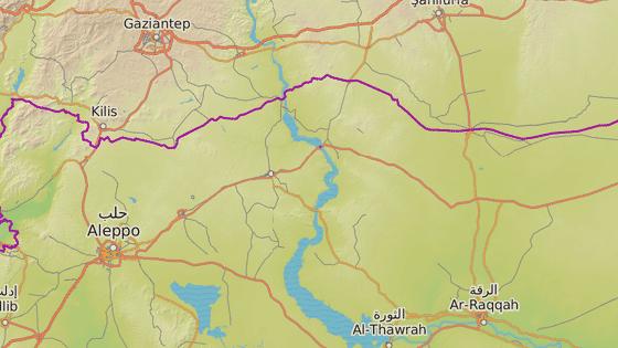 Město Manbídž (červená značka), Aleppo (modrá značka) a Rakká (černá značka)