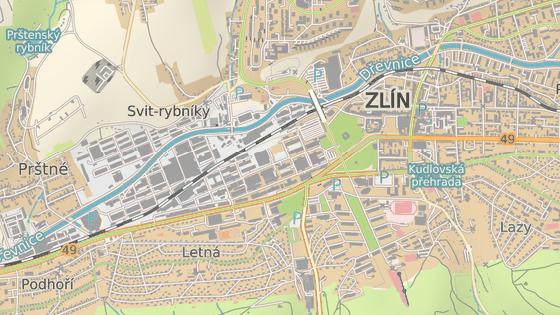 Opravovanému zlínskému nadjezdu (červená značka) se řada řidičů raději vyhýbá objížďkou přes část Prštné (zelená).
