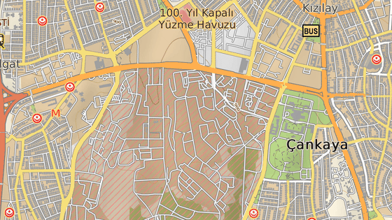 Červená značka představuje místo výbuchu v centru Ankary. Budova označená modrým symbolem je sídlo tureckého národního shromáždění.