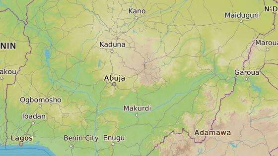 Les Sambisa, kde byla údajně nalezená unesená dívka (červená značka). Vesnice Chibok, odkud islamisté dívky před dvěma lety unesli (modrá značka)
