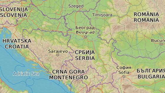Vlak vyjížděl z Bělehradu (červená značka) a mířil do Kosovské Mitrovice (modrá značka). Zůstal však stát v srbském městě Raška.