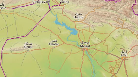 Sindžár (červená značka) leží západně od Mosulu (černá značka).