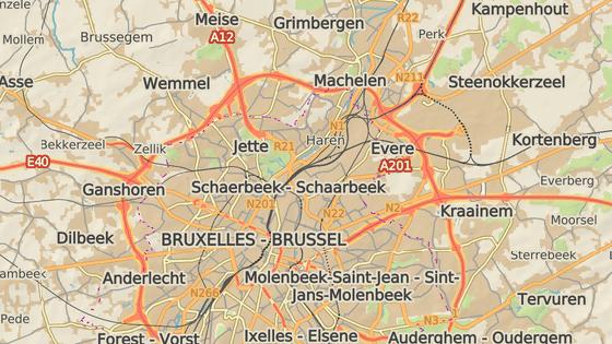 Mezinárodní letiště (červená značka) leží zhruba 11 kilometrů od centra Bruselu. Další výbuch nastal ve stanici metra Maelbeek (modrá značka).