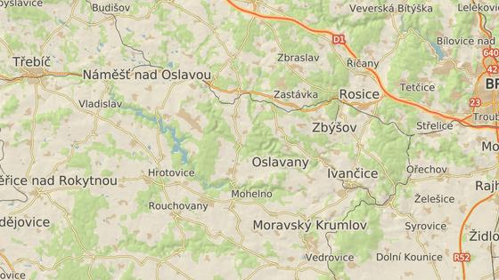 Slavětice (červená značka) jsou od dukovanské jaderné elektrárny (žlutá značka) vzdálené jen pár kilometrů. Areál elektrárny by se ale právě jejich směrem měl při dostavbě rozrůst.