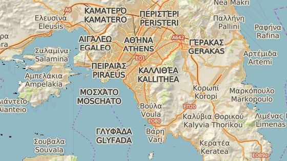 Umístění táborů v Aténách. Tábor v přístavu (červená značka), tábor u letiště (modrá značka)
