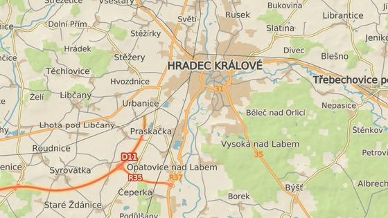 Provizorní konec dálnice D11 byl skoro celé dopoledne uzavřen, objíždělo se přes Opatovice nad Labem.