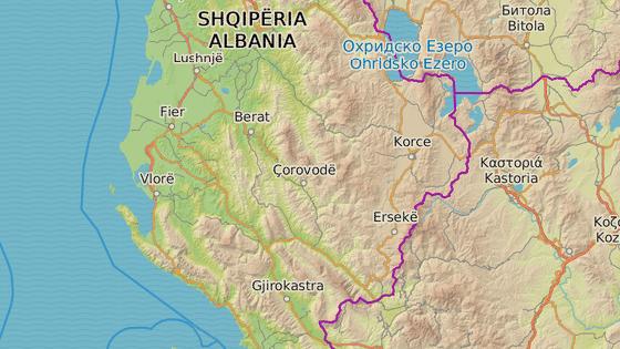 Vjosa pramení v Řecku na svahu hory Kátaras (modrá značka) a vlévá se do Jaderského moře severně od města Vlora (červená značka).