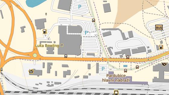 Opravovaná křižovatka se zavřeným přechodem mezi nádražím, hypermarketem a areálem bývalého lihovaru v Pardubicích