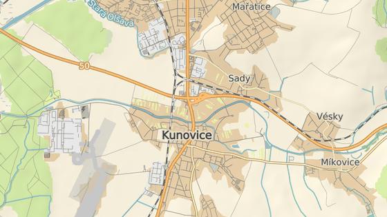 Přetížená křižovatka mezi Kunovicemi a Uherským Hradištěm nyní funguje jako špunt, obě města potřebují nové cesty, které by velkou část dopravy odvedly.