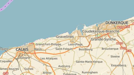 Tábor se nacházel v obci Grande-Synthe (červeně) nedaleko přístavu Dunkerque. Mnoho uprchlíků sem přišlo ze zrušeného tábora v Calais (modře)